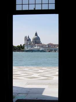 マッジョーレ教会の扉から見た景色.jpg