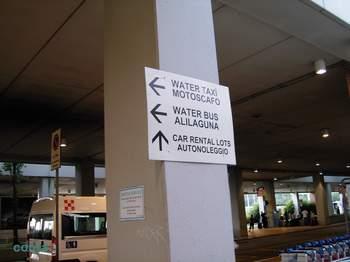 マルコポーロ空港出口.jpg